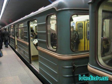 Bakı metrosunda uşaq reyslərin arasına düşdü