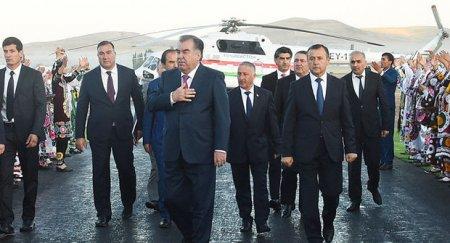 Tacikistan prezidentini daşıyan helikopter dağlarda itib