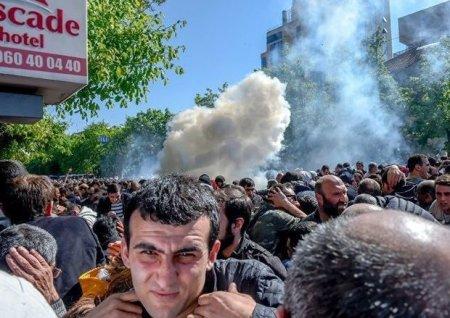 Yerevanda hökumət binası önündə toqquşmalar