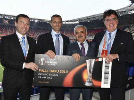 UEFA Bakı finalının biletini Rövnəq Abdullayevə təqdim etdi
