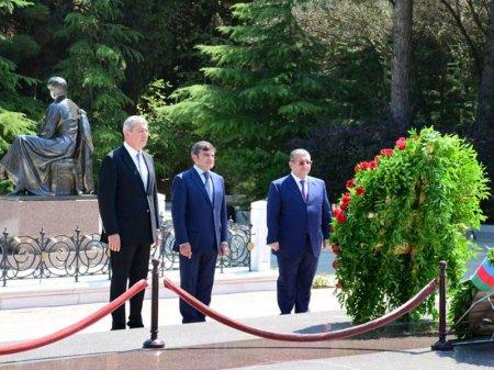 XİN-in kollektivi ulu öndər Heydər Əliyevin məzarını və Şəhidlər xiyabanını ziyarət edib