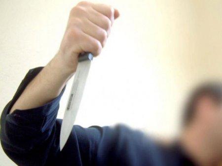 Mühafizəçi ev sahiblərini bıçaqladı, qadın öldü